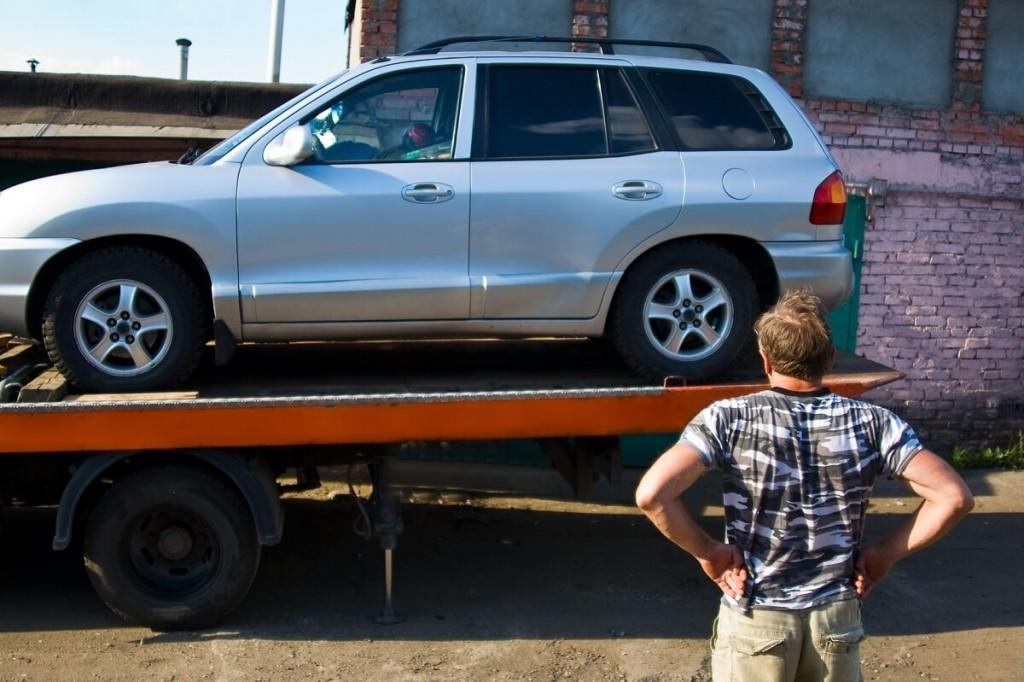 transport samochodu na lawecie