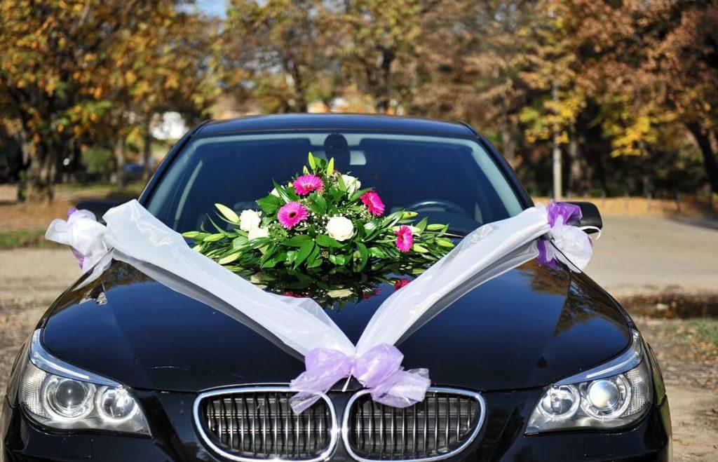 Sportowy luksusowy samochód ślubny