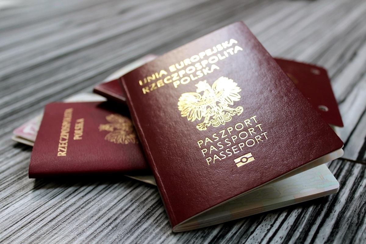 polskie paszporty i dokumenty przygotowane na wyjazd za granicę