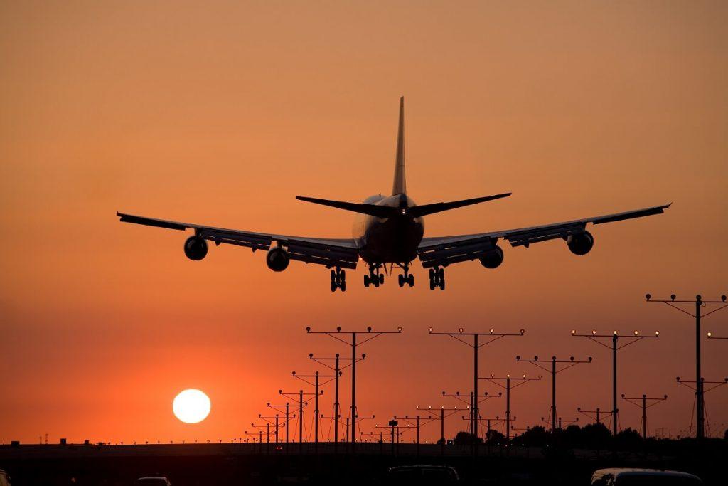 startujący samolot z lotniska w Warszawie