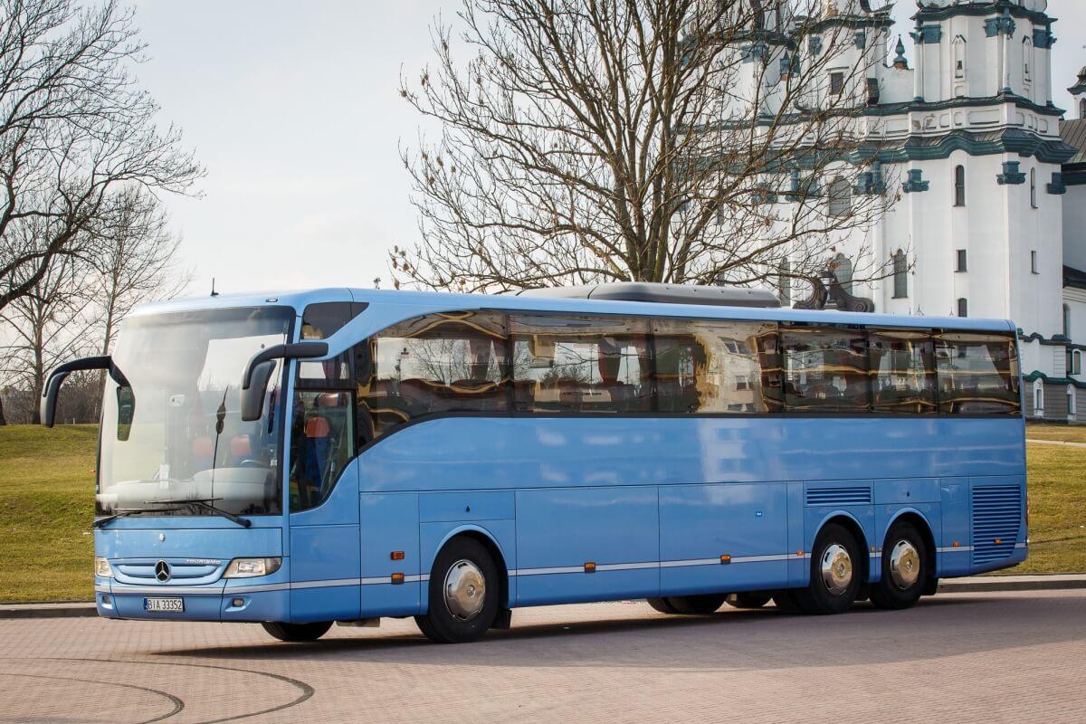 Mercedes tourismo do przewozu osób czekający na parkingu Białystok